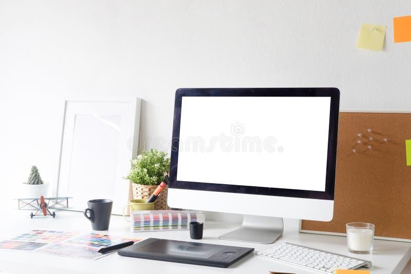 Lijst van de werkruimte de creatieve grafische ontwerper met modelcomputer a royalty-vrije stock fotografie