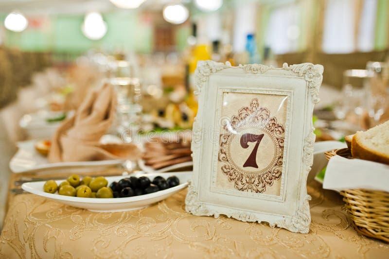 Lijst van huwelijksontvangst met heerlijk voedsel en nummer 7 stock foto