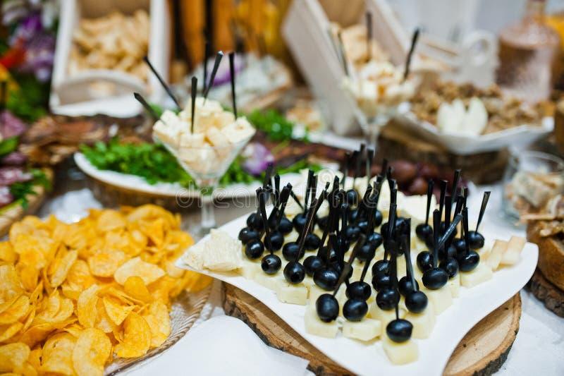 Lijst van huwelijksontvangst met heerlijk voedsel, kaas en vlees stock foto's