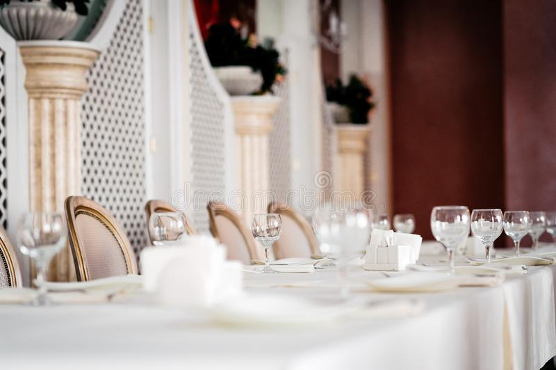 Lijst voor een bruids partij, een wit tafelkleed en een wit met gouden stoelen wordt geplaatst die royalty-vrije stock foto's