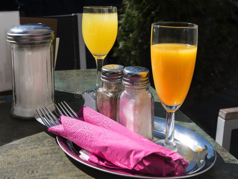 Lijst voor een toevallig buitenontbijt in de lente of de zomer wordt geplaatst die royalty-vrije stock foto