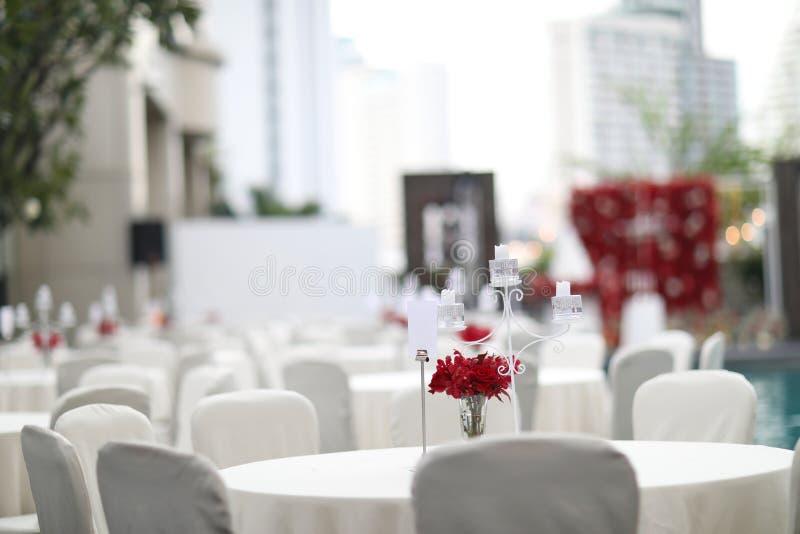 Lijst voor huwelijk wordt geplaatst of een ander gericht gebeurtenisdiner, de lijst die van het luxehuwelijk in openlucht voor he royalty-vrije stock afbeeldingen