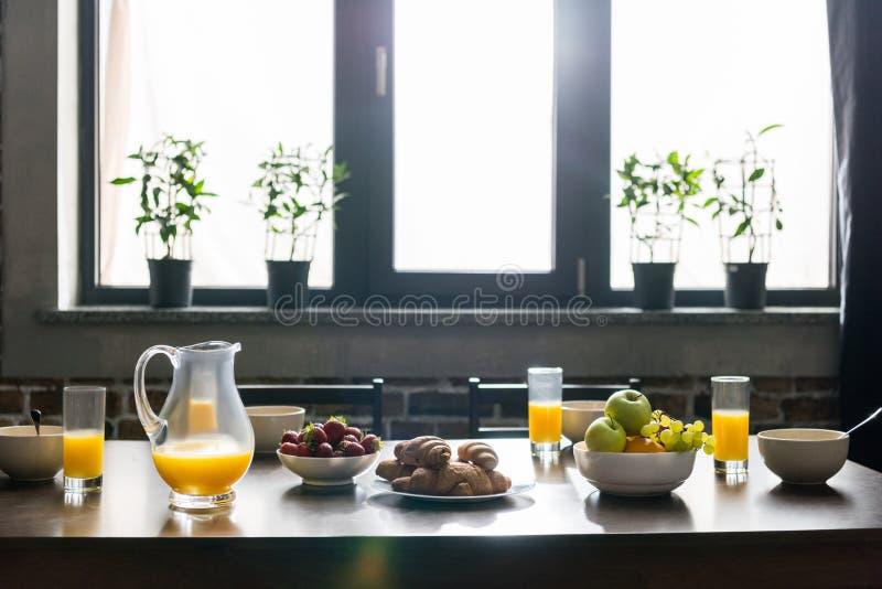 lijst voor ontbijt met sap, vruchten wordt gediend die stock afbeelding
