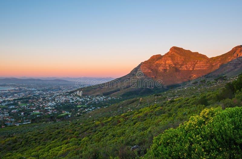 Lijstberg bij Zonsondergang, Cape Town, Zuid-Afrika stock foto's