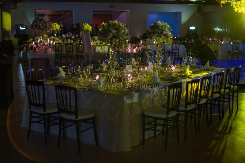 Lijstdecoraction, de decoratie van het nachthuwelijk met kaarsen en wijnglazen, huwelijksbelangrijkst voorwerp stock afbeeldingen