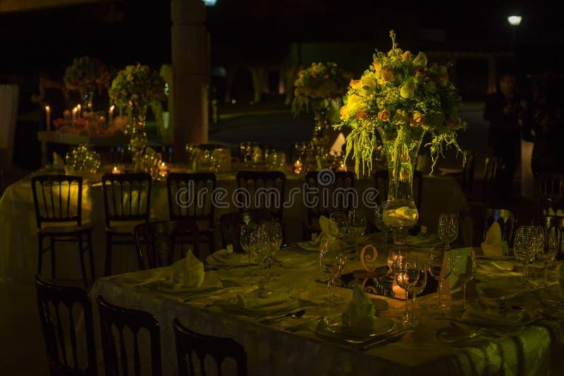 Lijstdecoraction, de decoratie van het nachthuwelijk met kaarsen en wijnglazen, huwelijksbelangrijkst voorwerp stock afbeelding