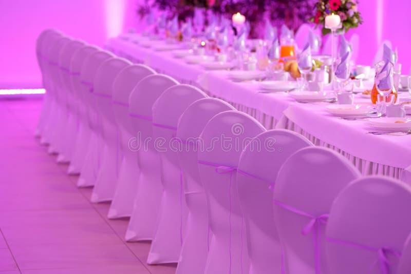 Lijstdiner voor gebeurtenispartij of huwelijksontvangst die wordt geplaatst stock afbeelding