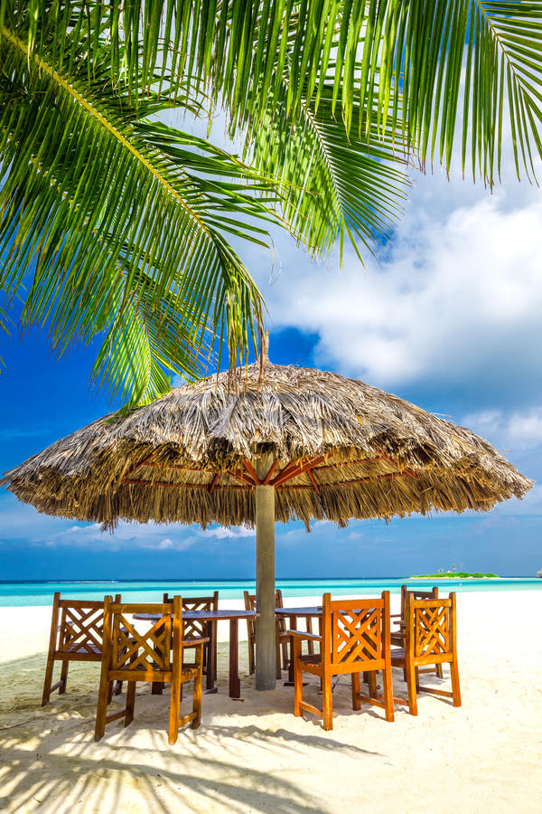 Lijsten en stoelen bij tropisch strandrestaurant stock foto's