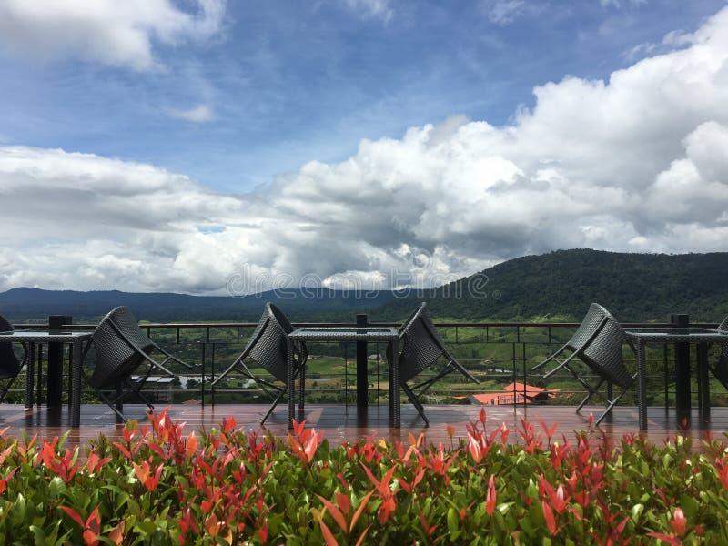 Lijsten en stoelen met berg en wolkenachtergrond stock foto