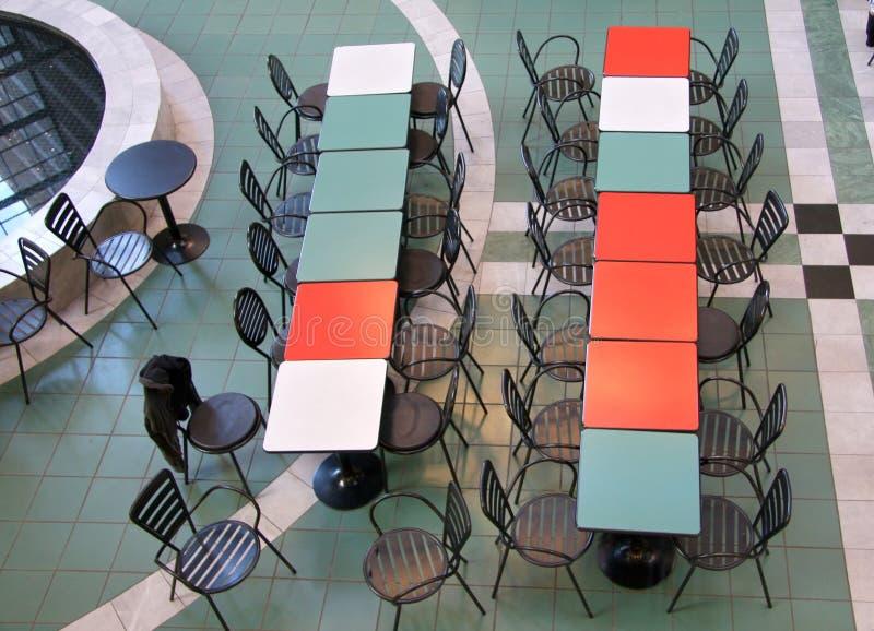 Lijsten en stoelen voor rust in het winkelcomplex royalty-vrije stock foto