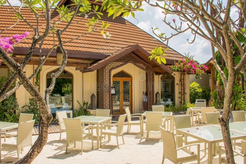 Lijsten en stoelenopstelling voor lunch bij het openluchtrestaurant bij de tropische toevlucht royalty-vrije stock foto's