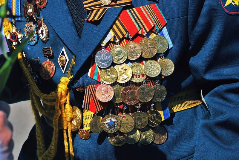 Likformig för militär man som dekoreras av många utmärkelser royaltyfri fotografi