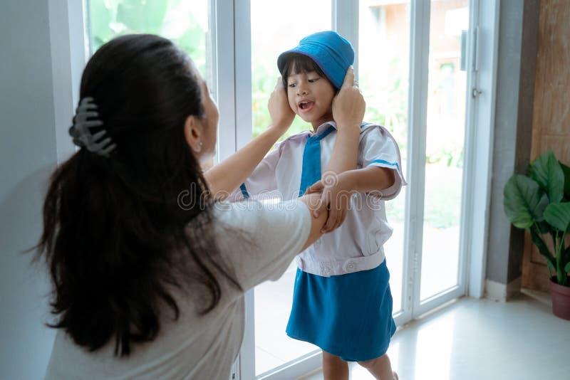 Likformig för skola för dagisstudent bärande i morgonen hemma royaltyfria foton