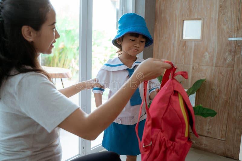 Likformig för skola för dagisstudent bärande i morgonen hemma fotografering för bildbyråer