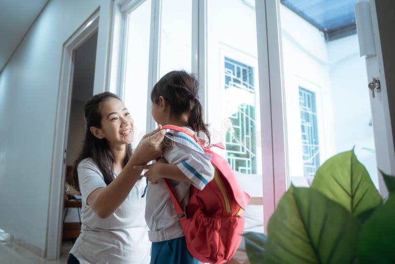 Likformig för skola för dagisstudent bärande i morgonen hemma royaltyfri bild