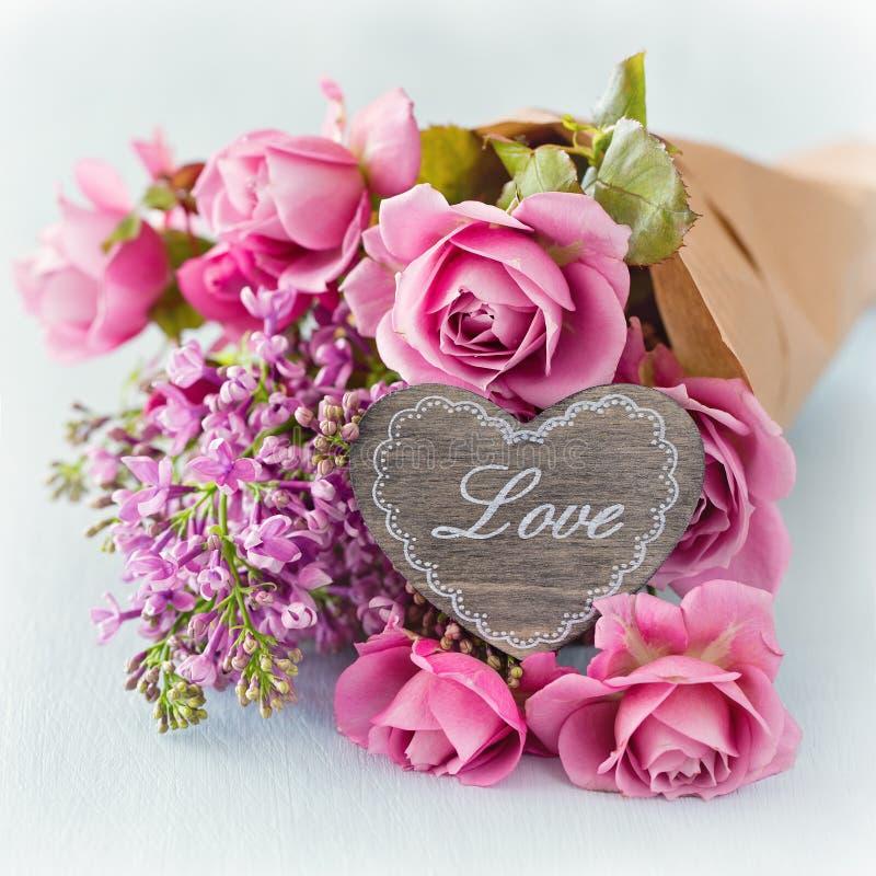 Lilás e flores cor-de-rosa das rosas fotografia de stock