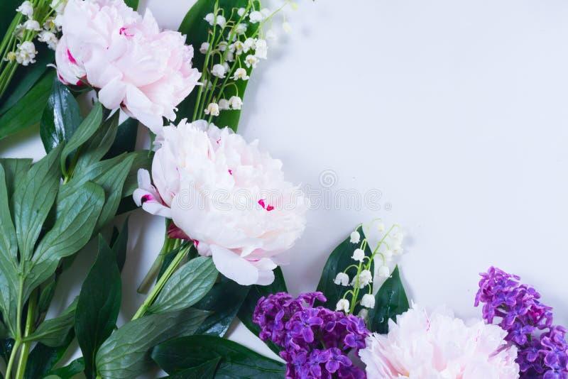 Lilás, peônias cor-de-rosa e lilly do walley fotografia de stock