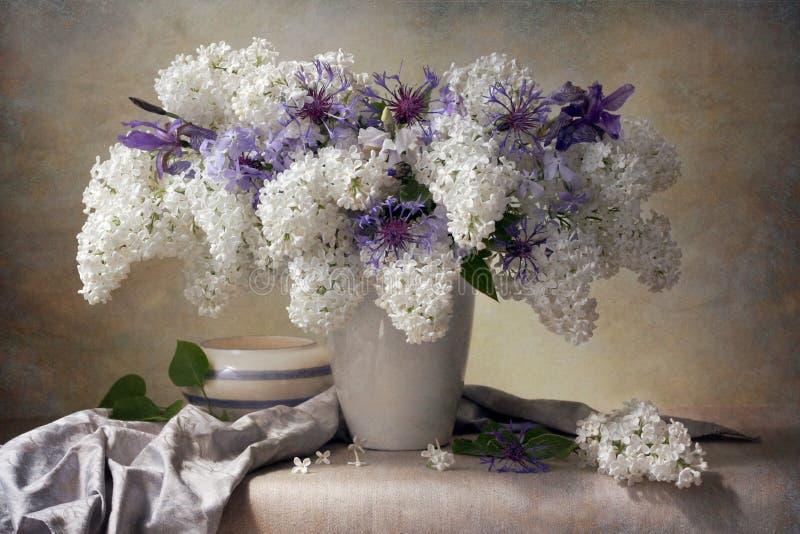 Lila Blumenstrauß lizenzfreie stockfotografie