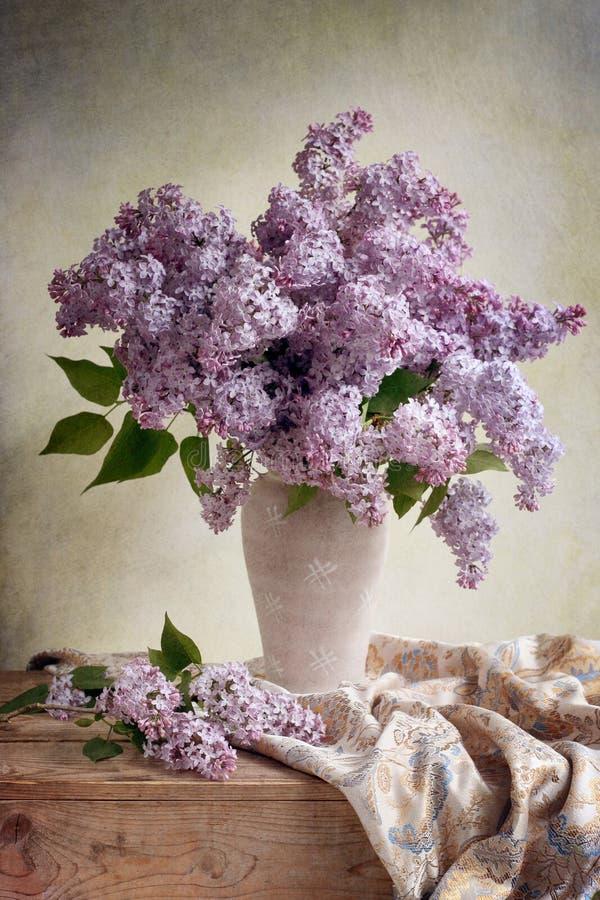 Lila Blumenstrauß lizenzfreies stockbild