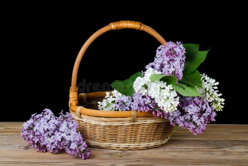 Lila Blumenstrauß in einem wattled Korb lizenzfreies stockfoto