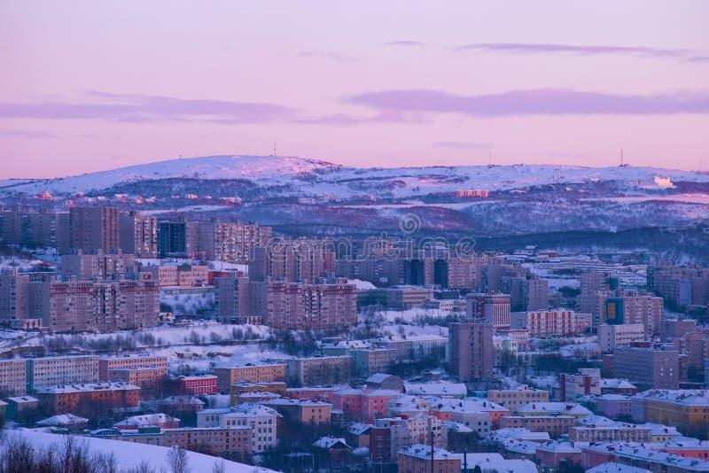 Lila Februari skymning över Murmansk, Ryssland arkivfoto