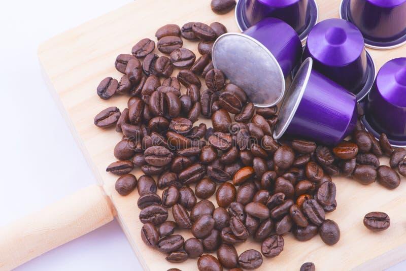 Lila kapslar och kaffebönor fotografering för bildbyråer