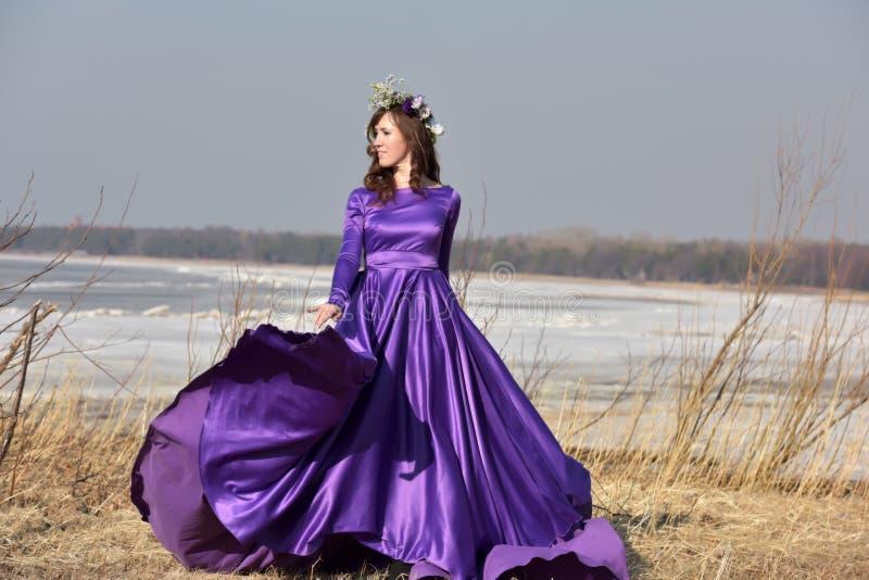 Lila Kleid des Frauenfliegens stockfotografie