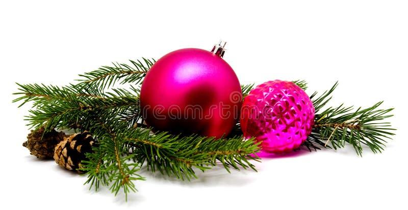 Lila magentarote Bälle der Weihnachtsdekoration mit Tannenzapfen lizenzfreie stockfotografie