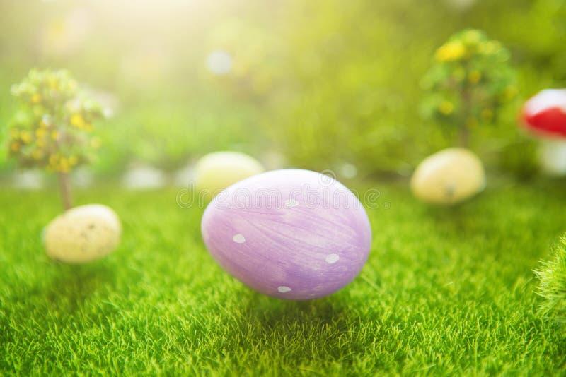 Lila Osterei auf grünem Gras im Traumland lizenzfreies stockfoto