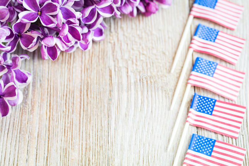 Lila púrpura y banderas miniatura en el tablero de madera con el sitio para la copia fotografía de archivo libre de regalías