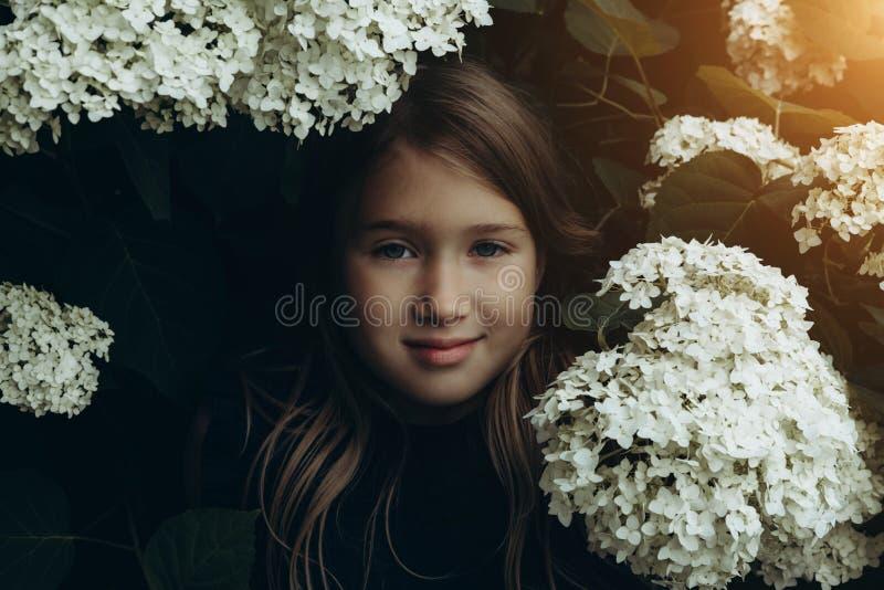 Lila que huele de la niña linda imagen de archivo libre de regalías