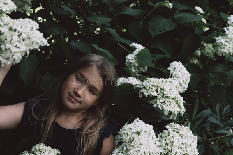 Lila que huele de la niña linda fotos de archivo libres de regalías