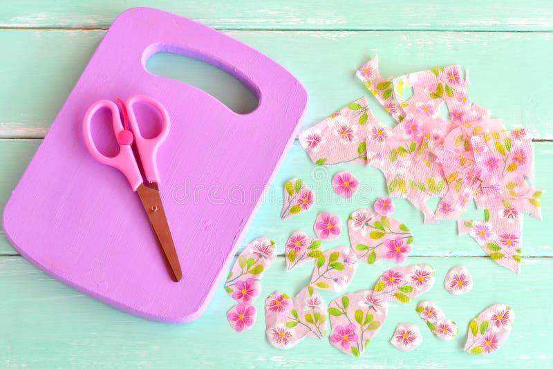 Lila träskärbräda Hemmet gjorde skärbrädakökdekoren Den pappers- servetten, pappers- servett för snitt blommar, scissors royaltyfria bilder