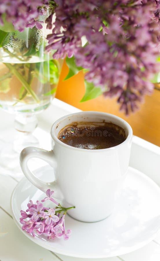 Lilablommor och kaffe arkivfoton