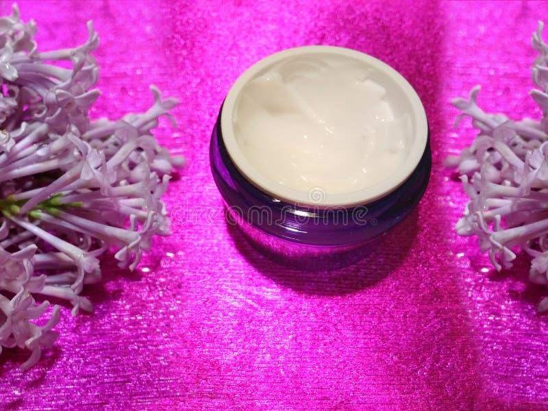Lilac-bemerkte lichaamscrème stock foto