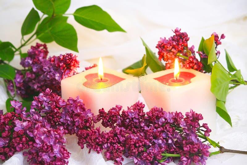 Lilac bloemen en kaars royalty-vrije stock fotografie