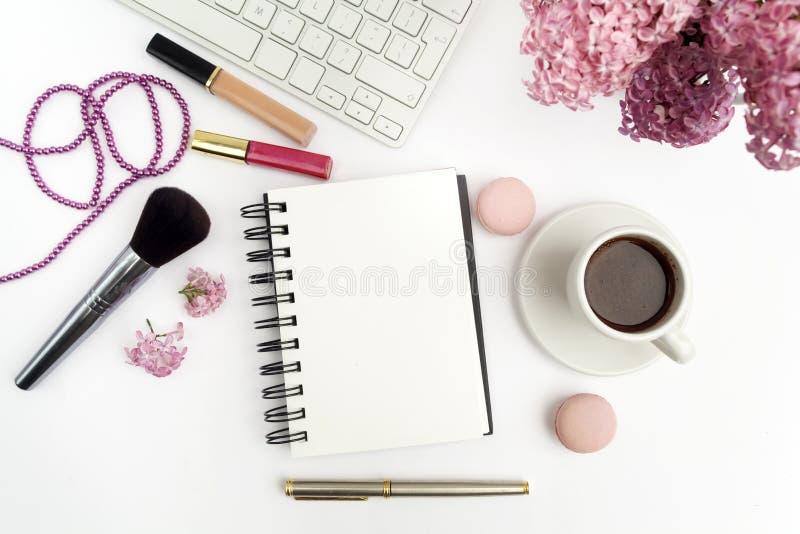 Lilac bloemen op bureau van het workdesk het vrouwelijke huis met toetsenbord en koffie wit achtergrond hoogste meningsmodel royalty-vrije stock fotografie