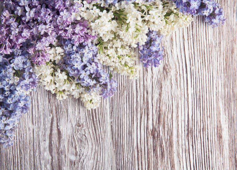 Lilac bloemen op houten achtergrond, bloesemtak op uitstekend hout royalty-vrije stock afbeelding