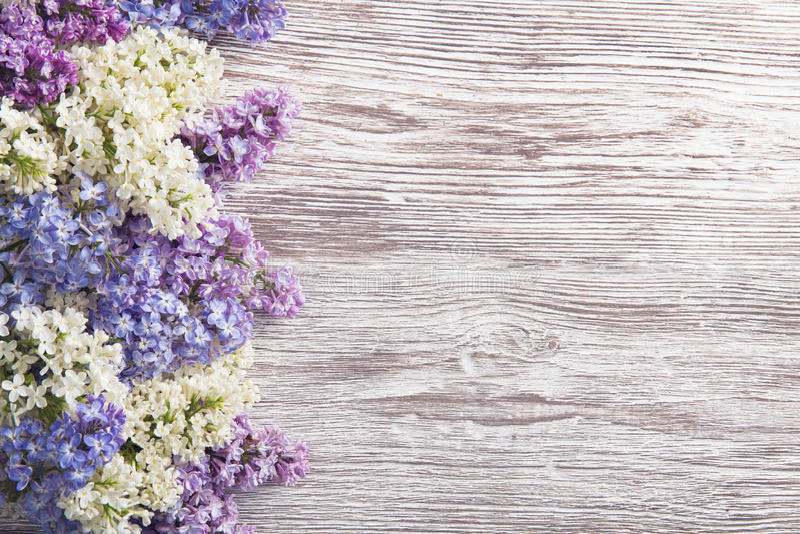Lilac Bloemenboeket op Houten Plankachtergrond, springt Purple op royalty-vrije stock fotografie