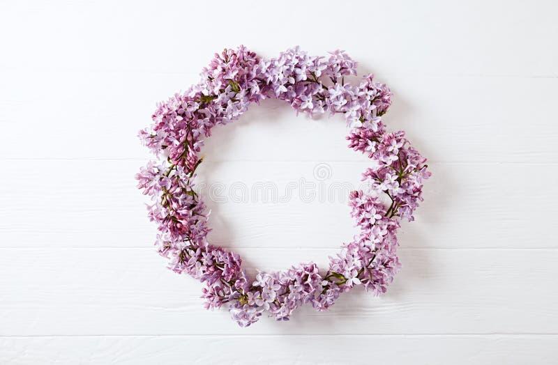 Lilac Bloemenkroon op Houten Achtergrond stock fotografie
