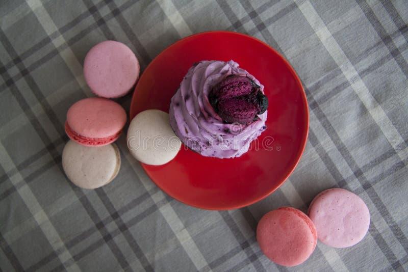 Lilac dessert op grijze achtergrond stock afbeelding