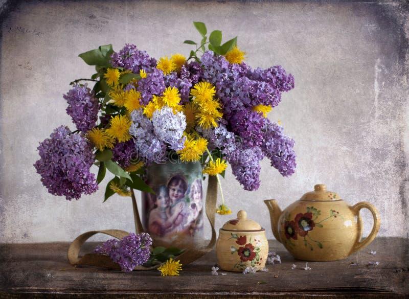 Lilac e dentes-de-leão foto de stock royalty free