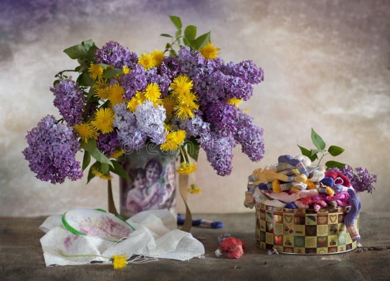 Lilac e dentes-de-leão fotografia de stock royalty free