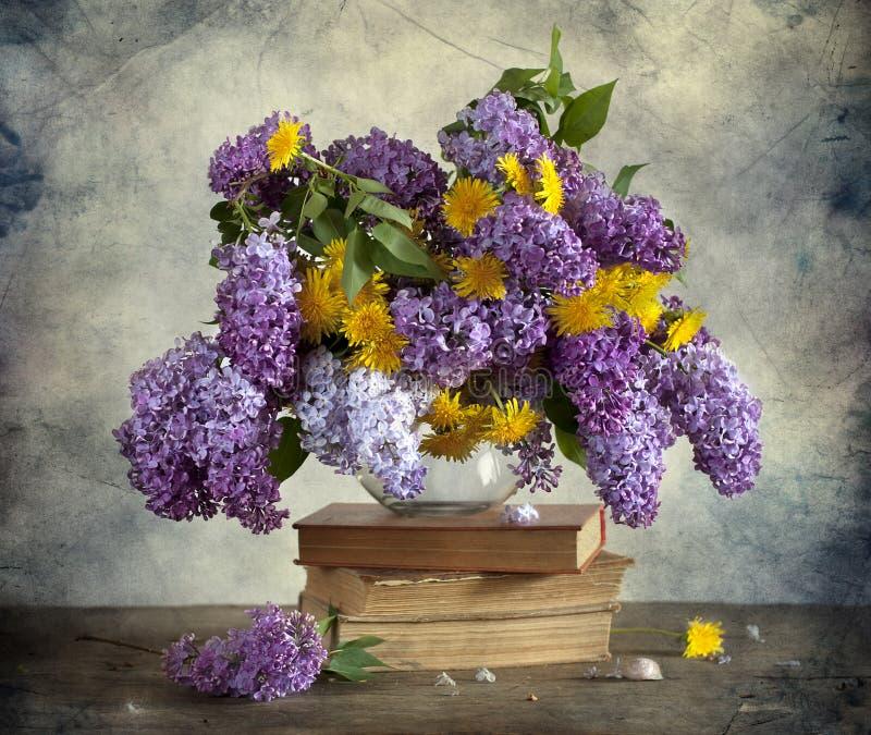 Lilac e dentes-de-leão fotografia de stock
