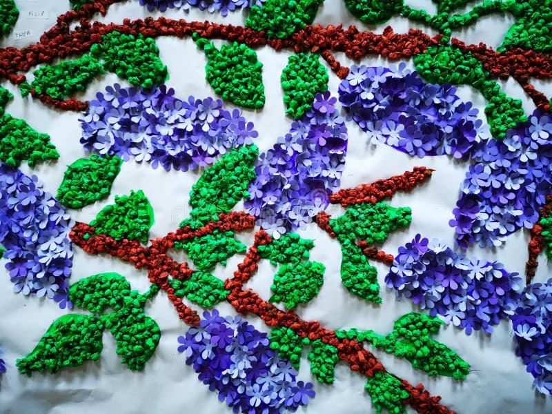 Lilac met de hand gemaakt van kleine stukken van gekleurd document royalty-vrije stock afbeelding