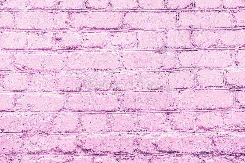 Lilac ongelijk bakstenen muurclose-up royalty-vrije stock foto