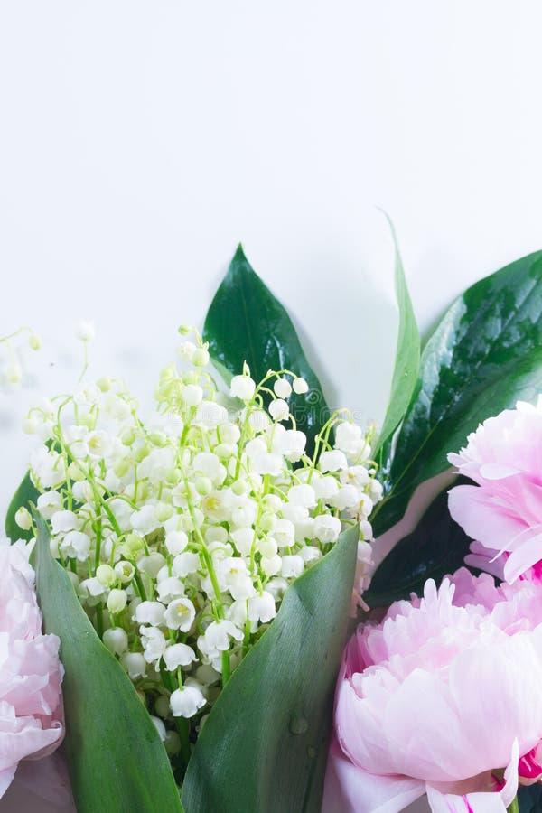 Lilac, roze pioenen en lilly van walley stock foto