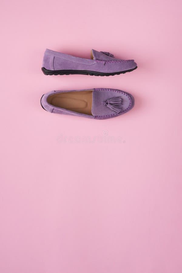 Lilac schoenen van suèdemocassins over lilac roze achtergrond royalty-vrije stock afbeelding