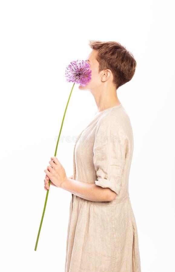 Lilac wit van de de vrouwenkleding van bloemhanden royalty-vrije stock fotografie
