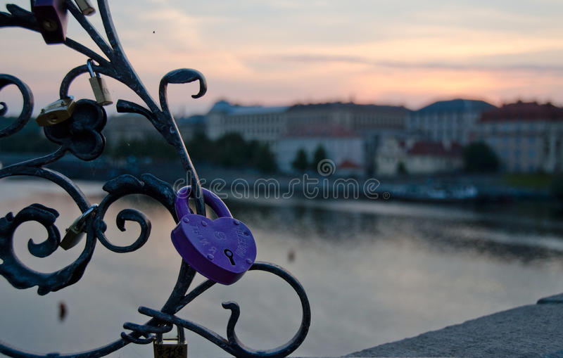 Lilaförälskelselås för dig och mig på Charles Bridge royaltyfria foton